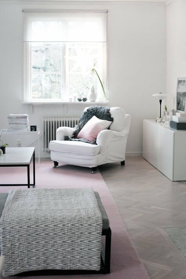 Alfombra handloom fringes blanca alargada en salón.