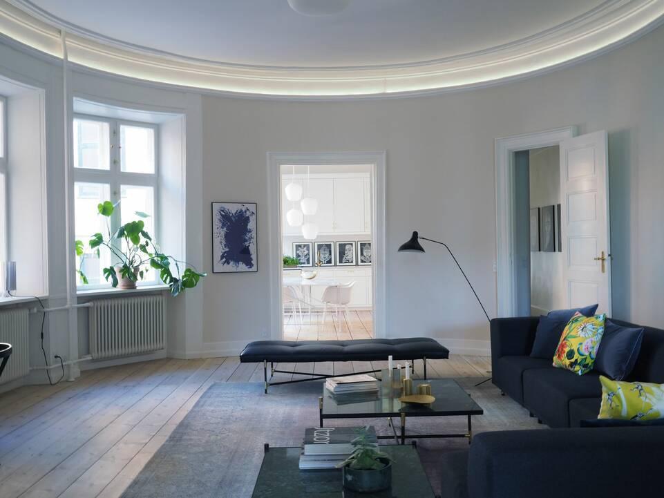 Alfombra colored vintage - persien / iran negra / gris alargada en salón.