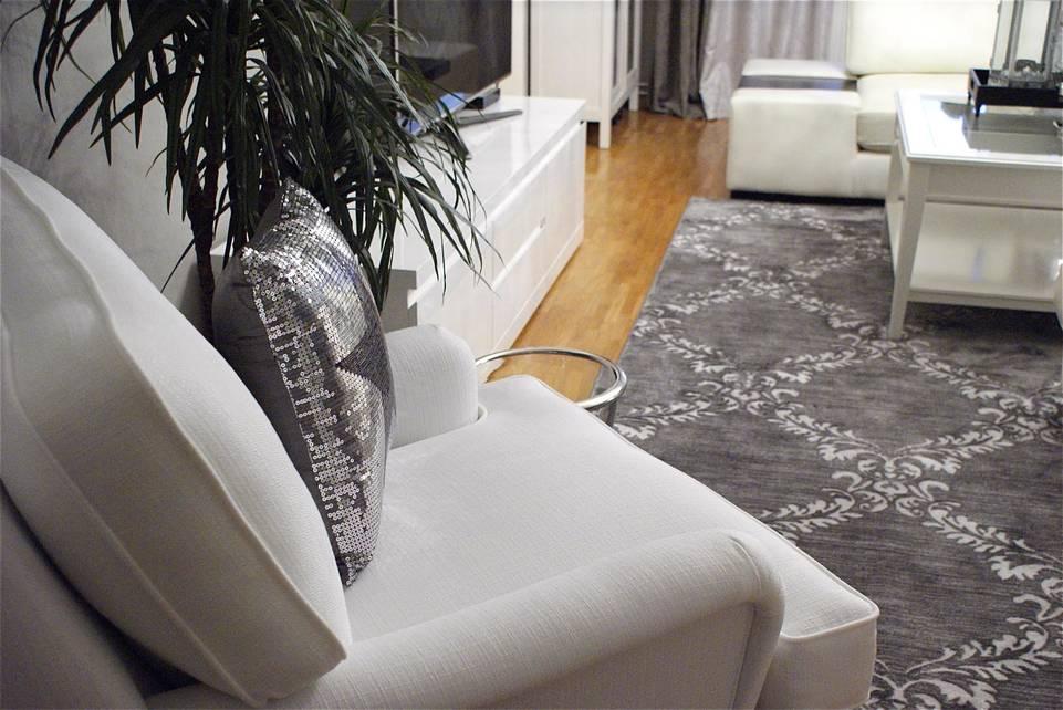 Alfombra kaplan beluga pp head set (duplicated) negra / gris  en salón.