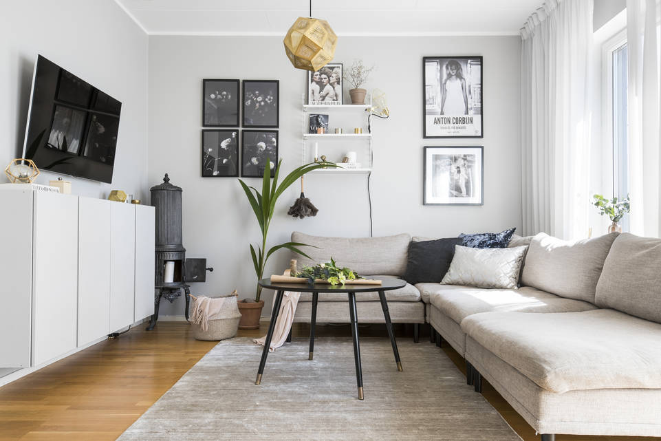 Alfombra bambú de seda handloom negra / gris  en salón.