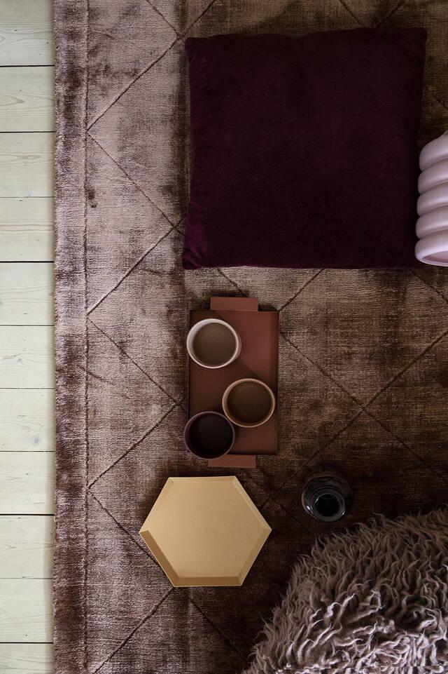 Alfombra viscosa moderno marrón / amarilla alargada en salón.