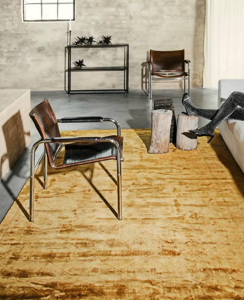 Alfombra viscosa moderno marrón / amarilla  en salón.