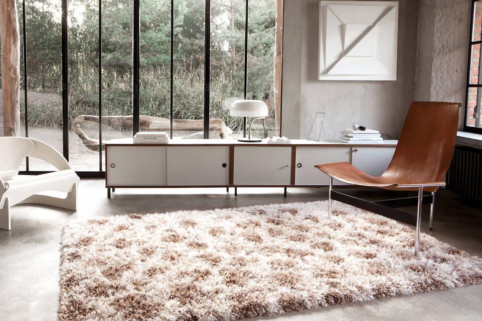 Alfombra berber / shaggy marrón  en oficina.